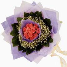 12 adet gül ve elyaflardan   Nevşehir İnternetten çiçek siparişi