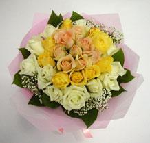 sari ve beyaz gül karisimda   Nevşehir yurtiçi ve yurtdışı çiçek siparişi