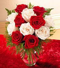 Nevşehir çiçekçi mağazası  5 adet kirmizi 5 adet beyaz gül cam vazoda