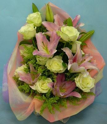 11 adet gül ve 2 adet kazablanka buketi  Nevşehir çiçek yolla