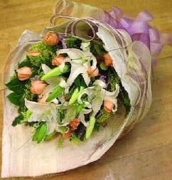 Nevşehir çiçek yolla  11 ADET GÜL VE 1 ADET KAZABLANKA