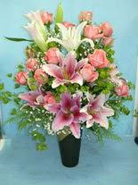 Nevşehir çiçek yolla  cam vazo içerisinde 21 gül 1 kazablanka