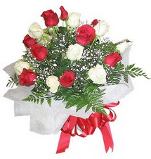 Nevşehir yurtiçi ve yurtdışı çiçek siparişi  12 adet kirmizi ve beyaz güller buket