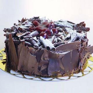 pasta yolla 4 ile 6 kisilik visneli çikolatali yas pasta  Nevşehir çiçek gönderme sitemiz güvenlidir