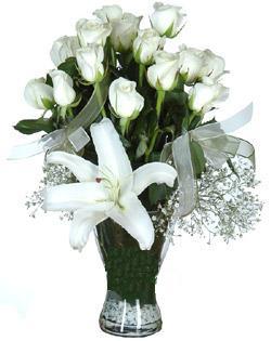 cam içerisinde 11 beyaz gül ve 1 kazablanka  Nevşehir çiçek gönderme sitemiz güvenlidir