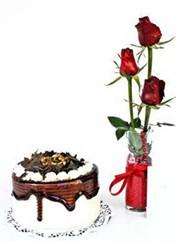Nevşehir çiçek satışı  vazoda 3 adet kirmizi gül ve yaspasta