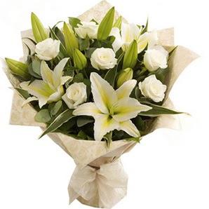 Nevşehir internetten çiçek satışı  3 dal kazablanka ve 7 adet beyaz gül buketi