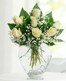 Cam içerisinde 7 adet beyaz gül  Nevşehir hediye çiçek yolla