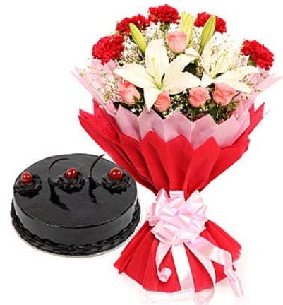 Karışık mevsim buketi ve 4 kişilik yaş pasta  Nevşehir İnternetten çiçek siparişi